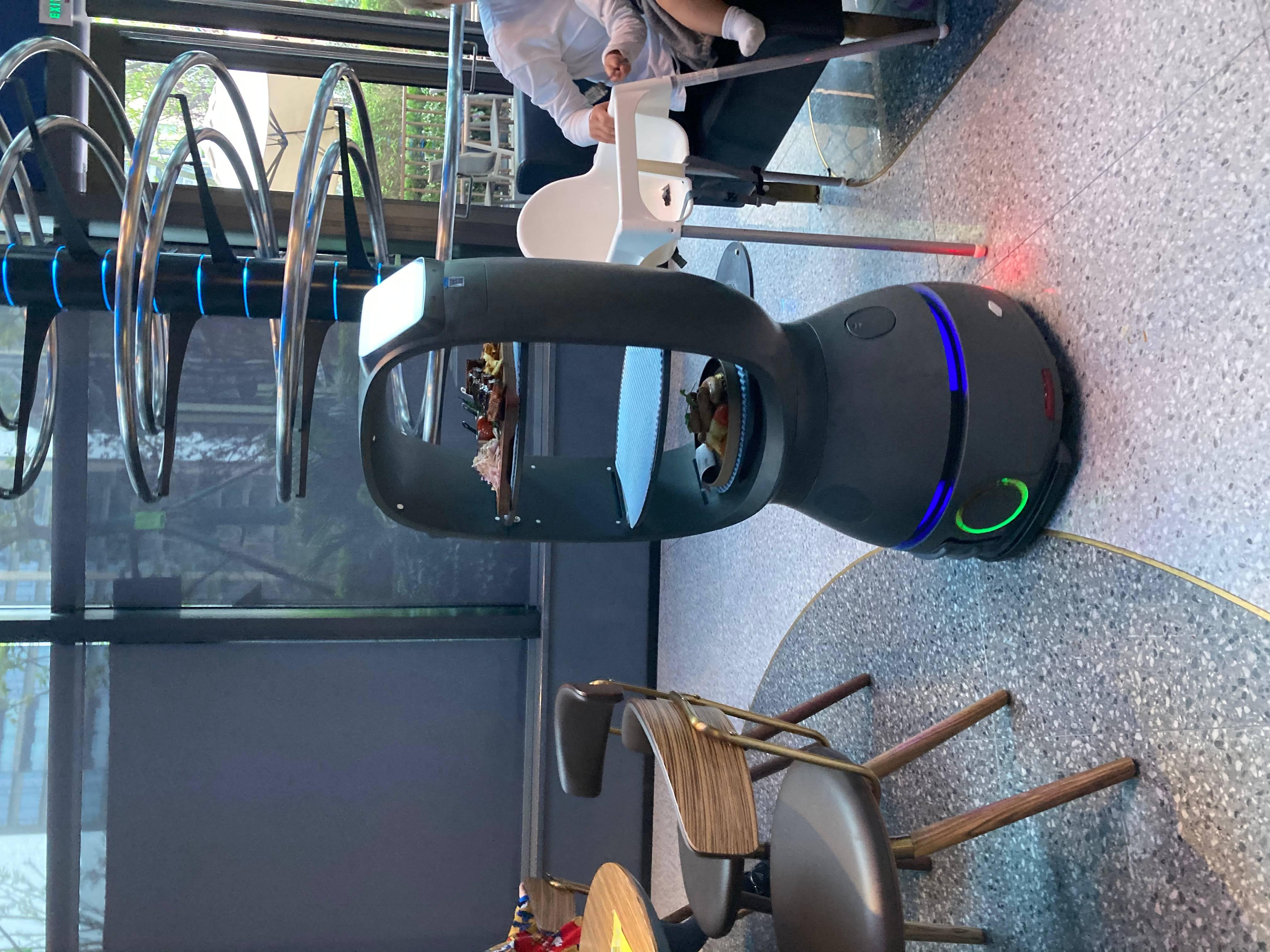 Robôs garçons, elegantes e simpáticos circulam pelo salão trazendo os pratos mais elaborados.