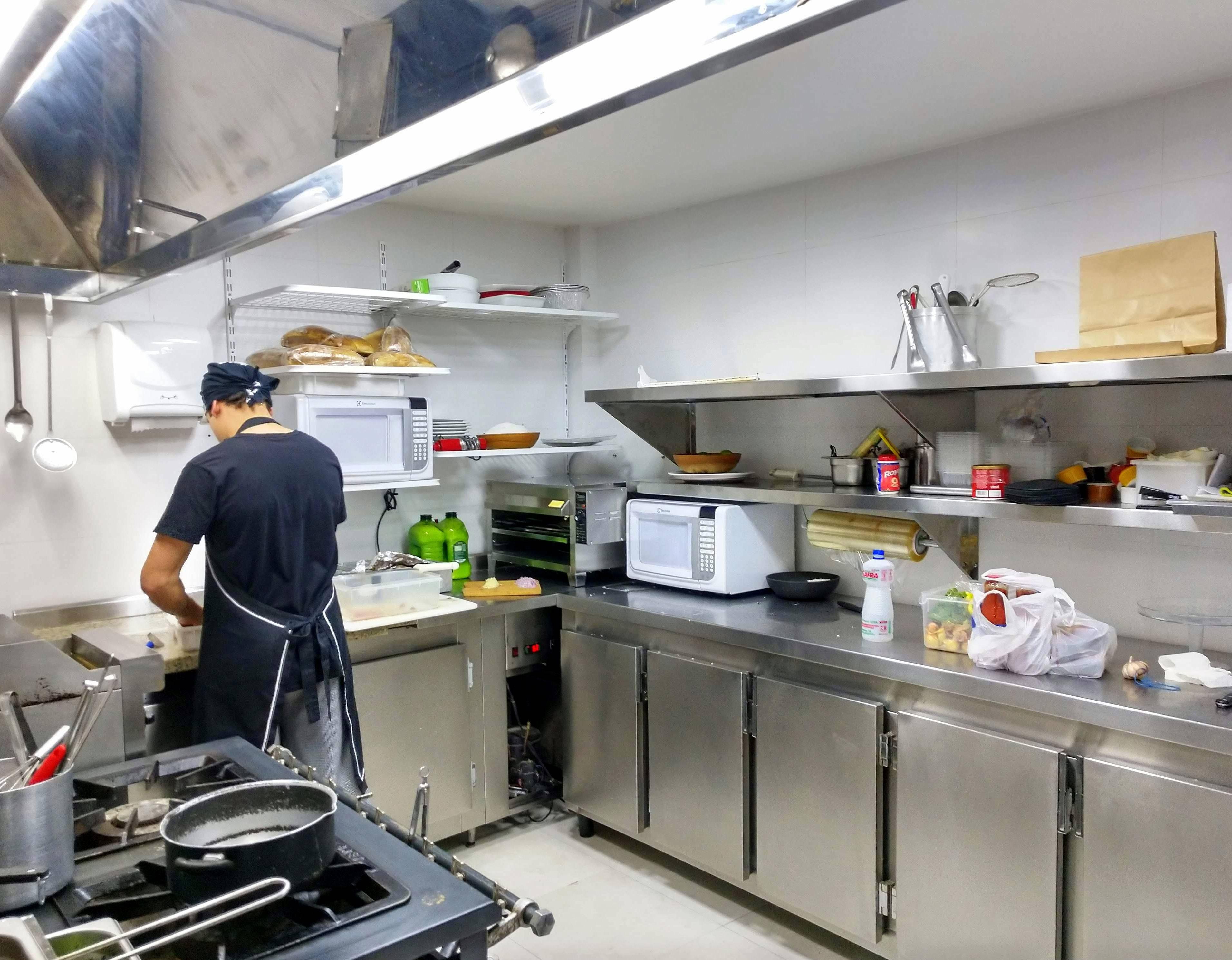 A nova cozinha da Taberna do Eliseu. Com mais espaço e mais gente trabalhando.