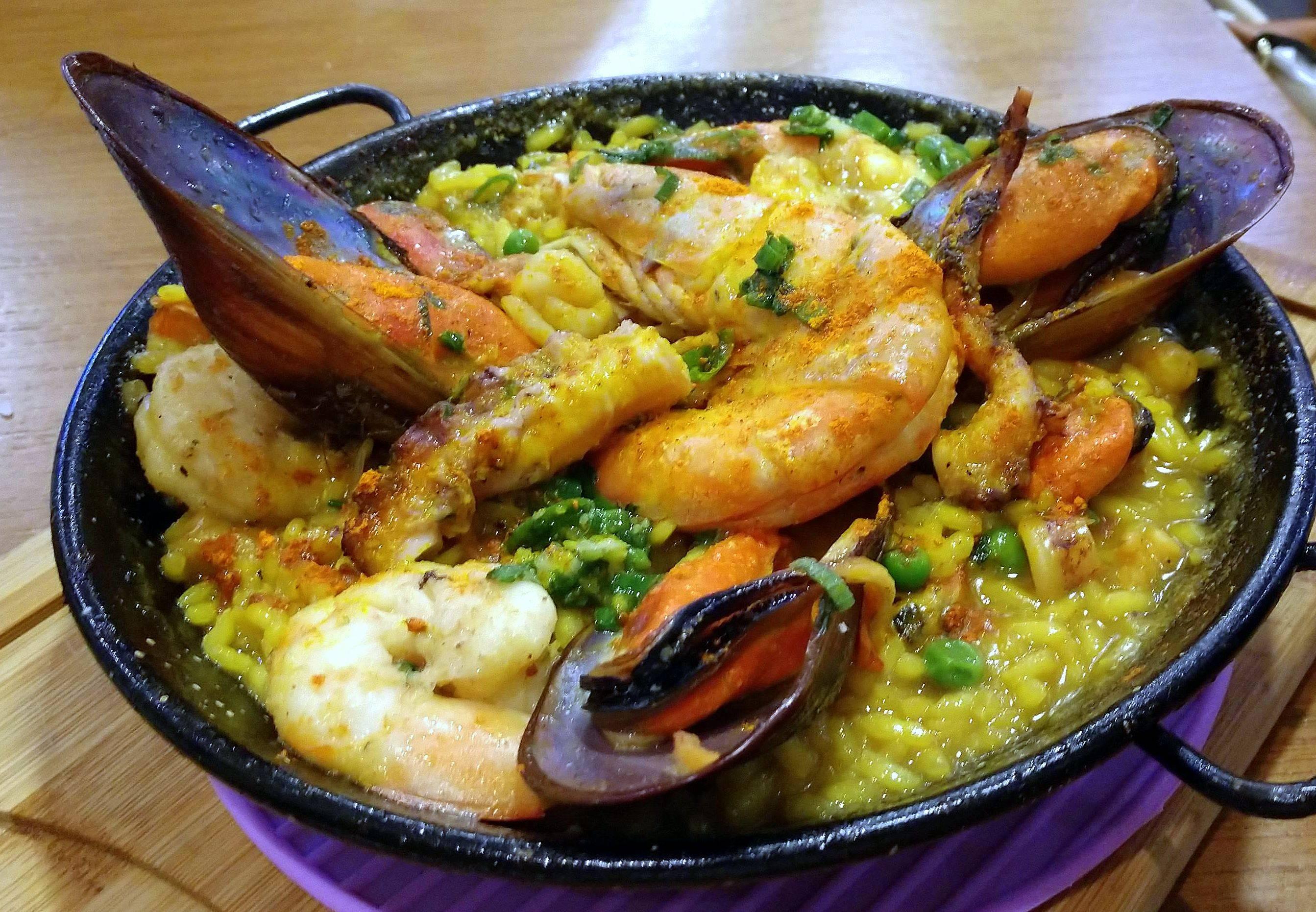 Paella de frutos do mar com arroz bomba e açafrão - novidade do cardápio.