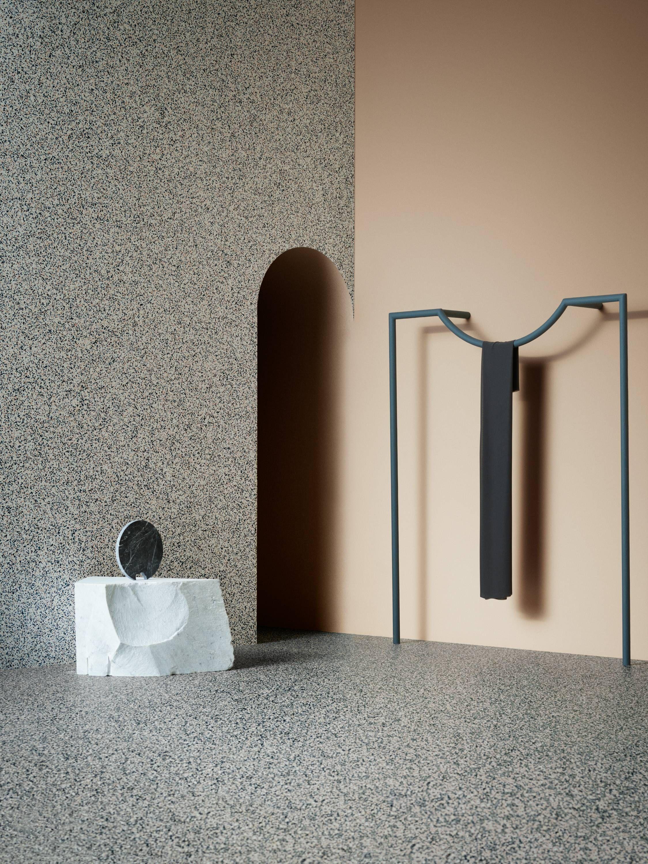 Piso vinílico em manta aplicado no piso e revestimento da parede. Foto: Divulgação/Tarkett