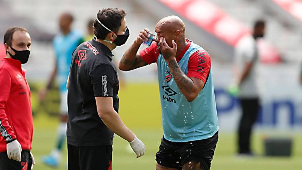 Athletico muda meio time contra o Flamengo: veja a provável escalação