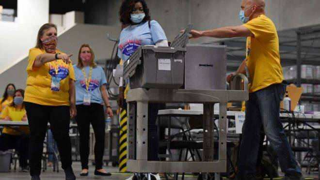 Funcionários processam materiais de votação no Condade de Clark após encerramento da votação em North Las Vegas, Nevada. O estado suspendeu a apuração até a quinta-feira