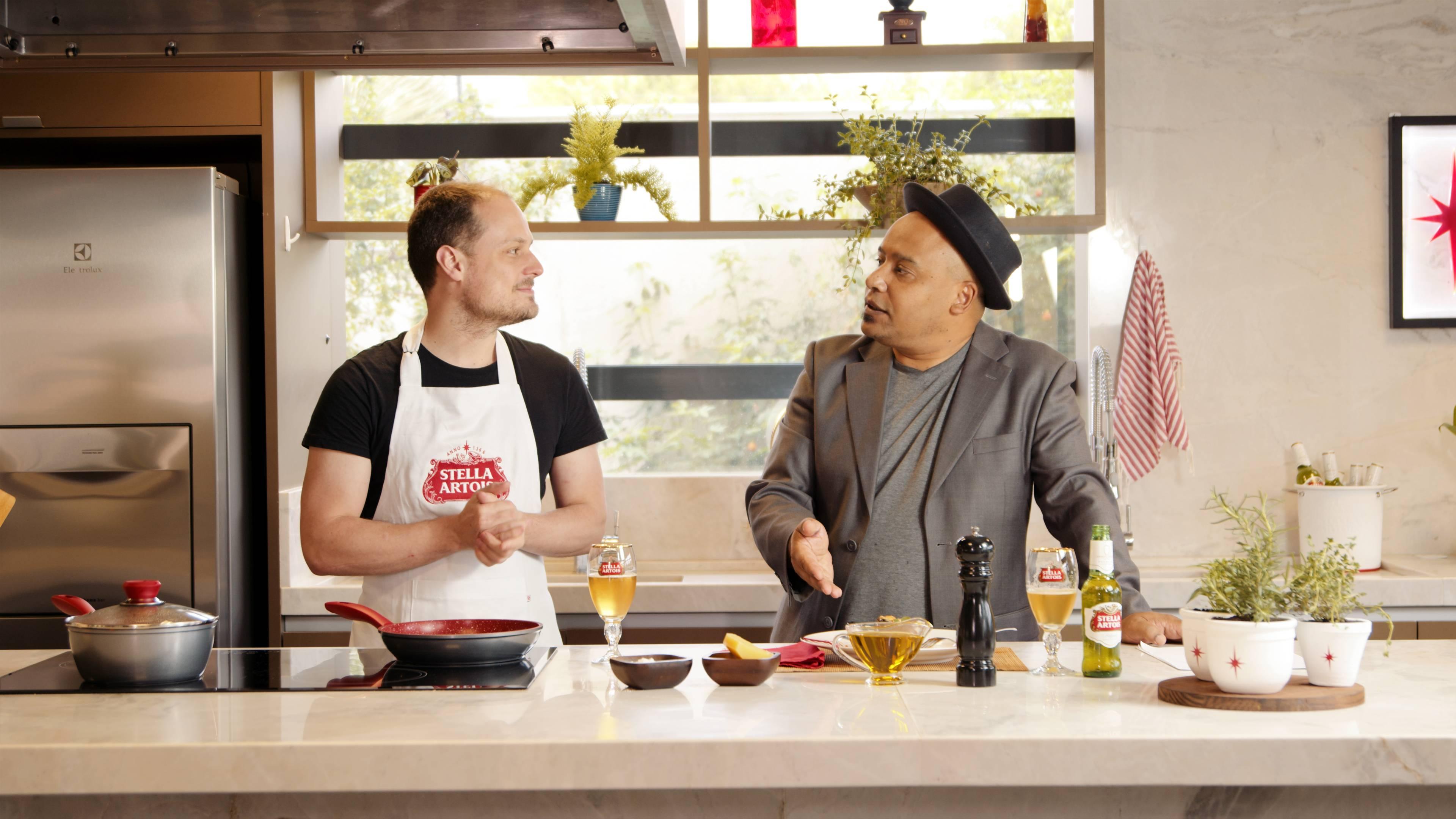 Quem comanda a bancada no segundo episódio da websérie Stella Chefs Curitiba é o Chef Eduardo Richard