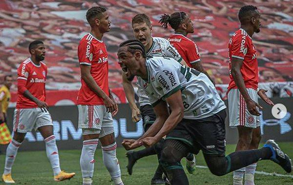 Sabino fez o gol de empate do Coritiba contra o Internacional