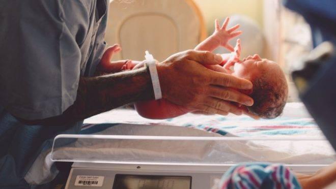 Um bebê nasce com peso que varia entre 2,5 kg e 4 kg, mas nos primeiros cinco dias perde de 7% a 10% desse total.