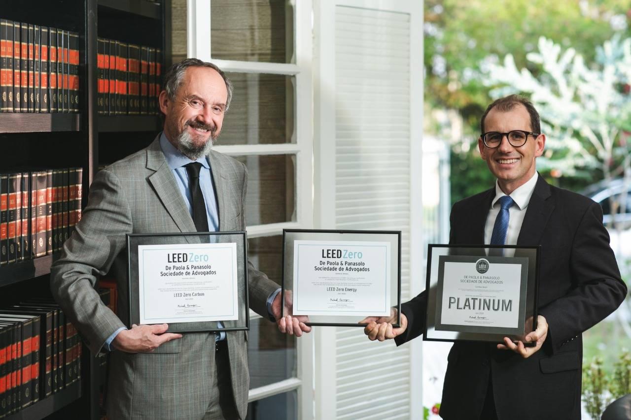 Os sócios Leonardo Sperb de Paola e Alessandro Panasolo com as três certificações LEED alcançadas pelo escritório.