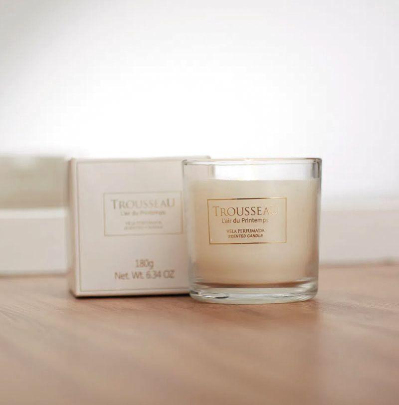 Design simples e fragrâncias certeiras impulsionam esta vela.