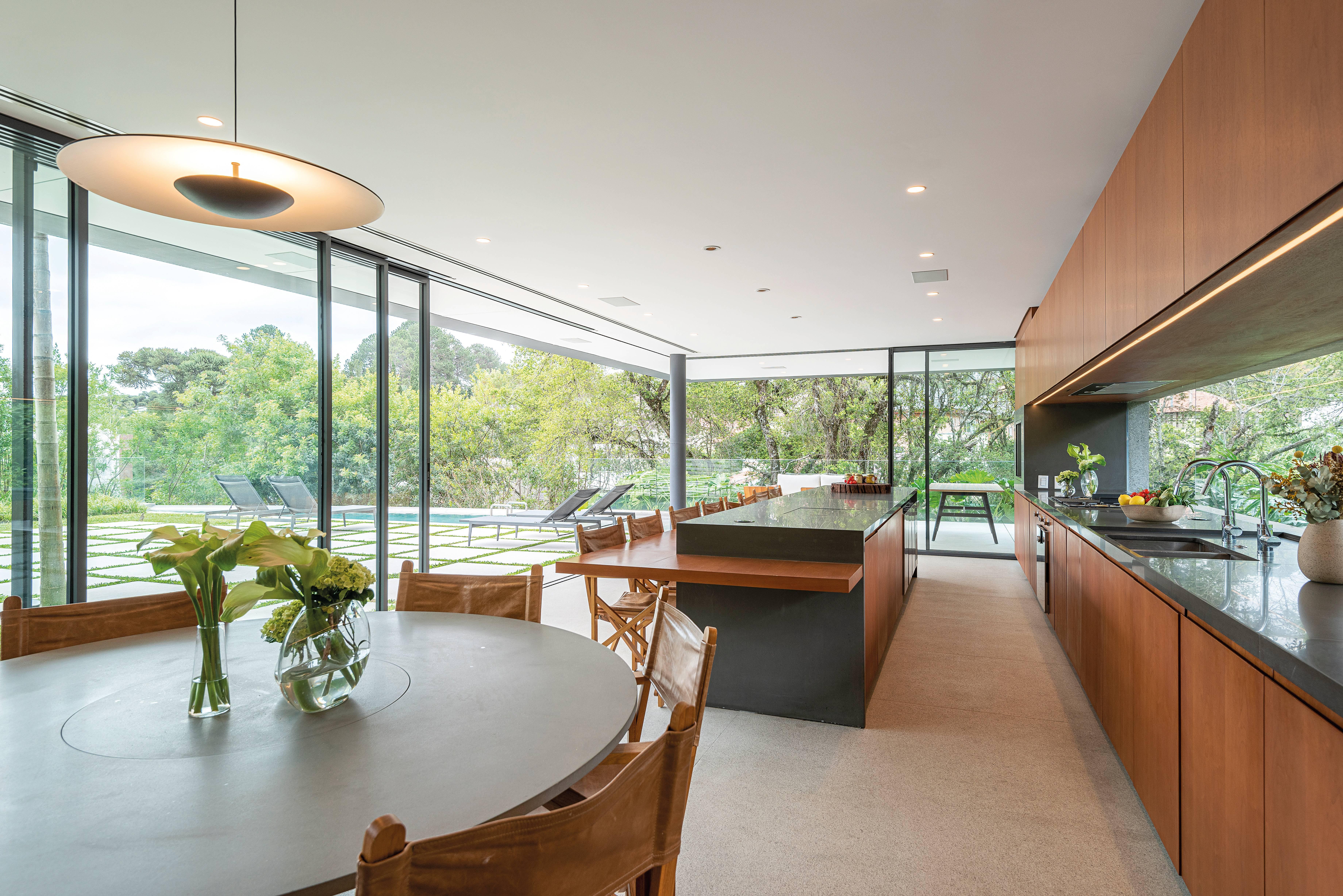 Cozinha externa valoriza espaços abertos.