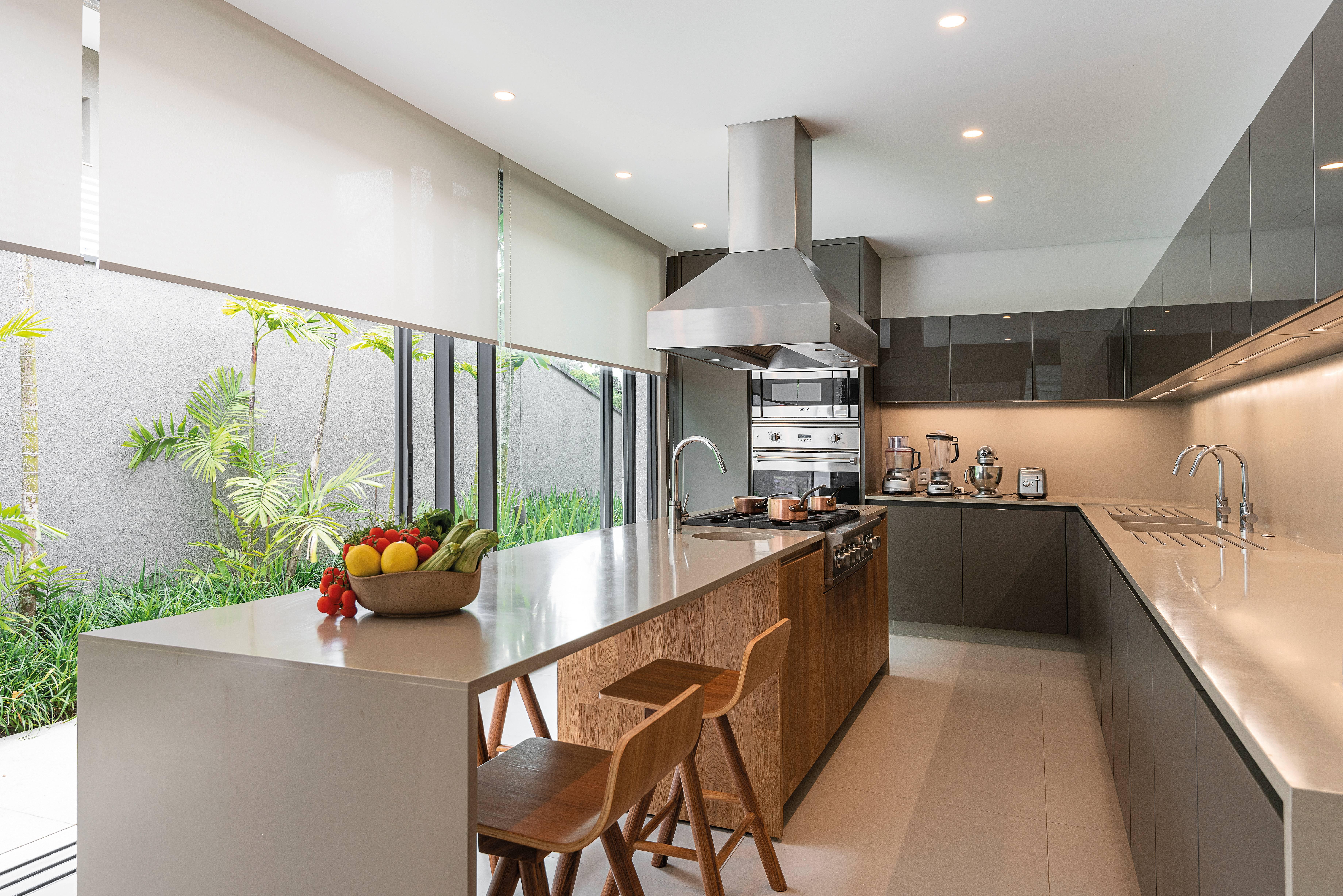 Cozinha interna foca na praticidade.