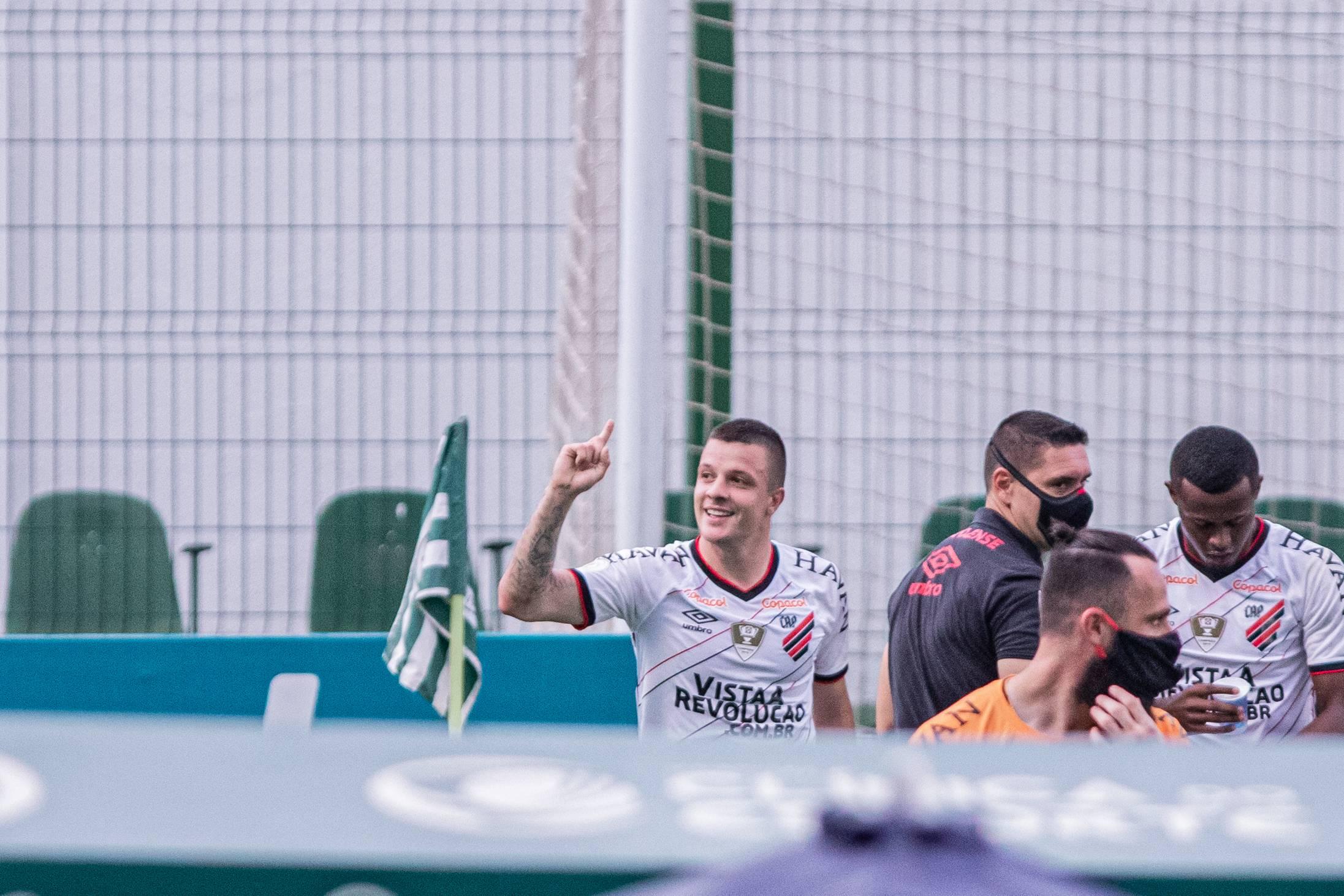 Kayzer celebra, com Carlos Eduardo ao fundo: Furacão emplacou segunda vitória seguida. Foto: Heber Gomes/Estadão Conteúdo