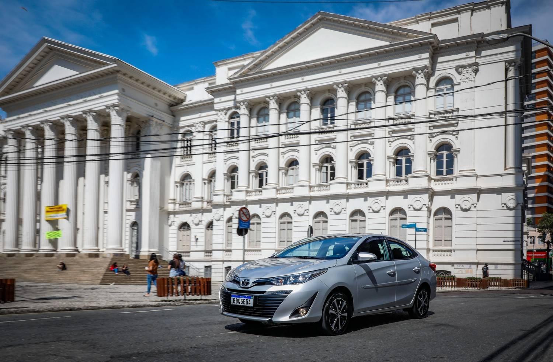 Toyota Yaris Sedan em frente à UFPR, em Curitiba,