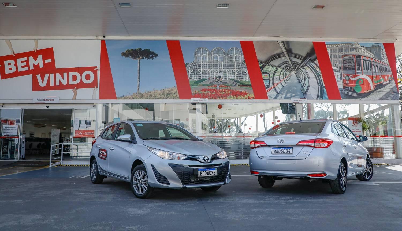 Toyota Yaris em frente à concessionária Sulpar, no Alto da XV.