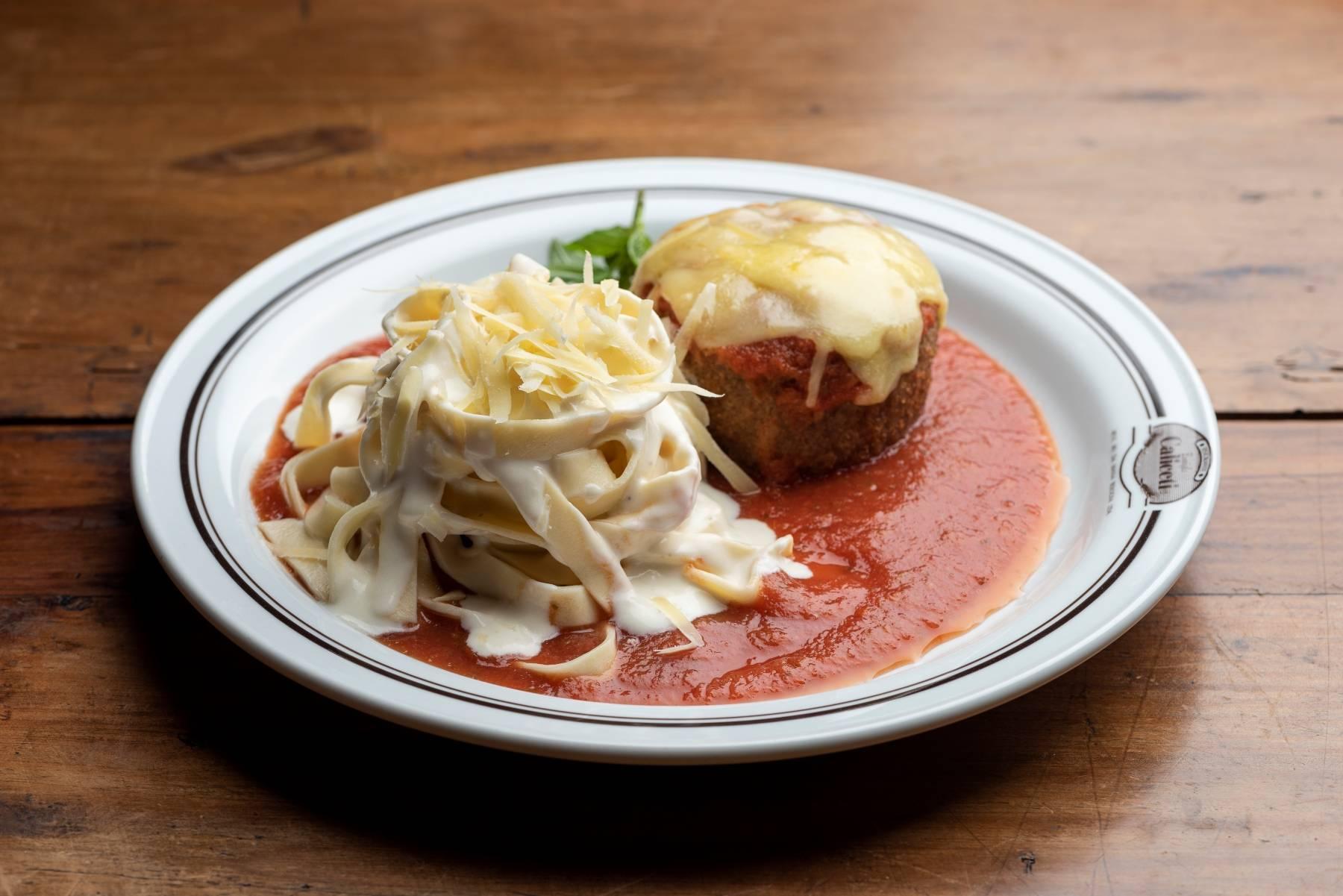 No Ristorante Famiglia Caliceti di Bologna, você pode provar o polpetone de carne com fettuccine alla Panna.