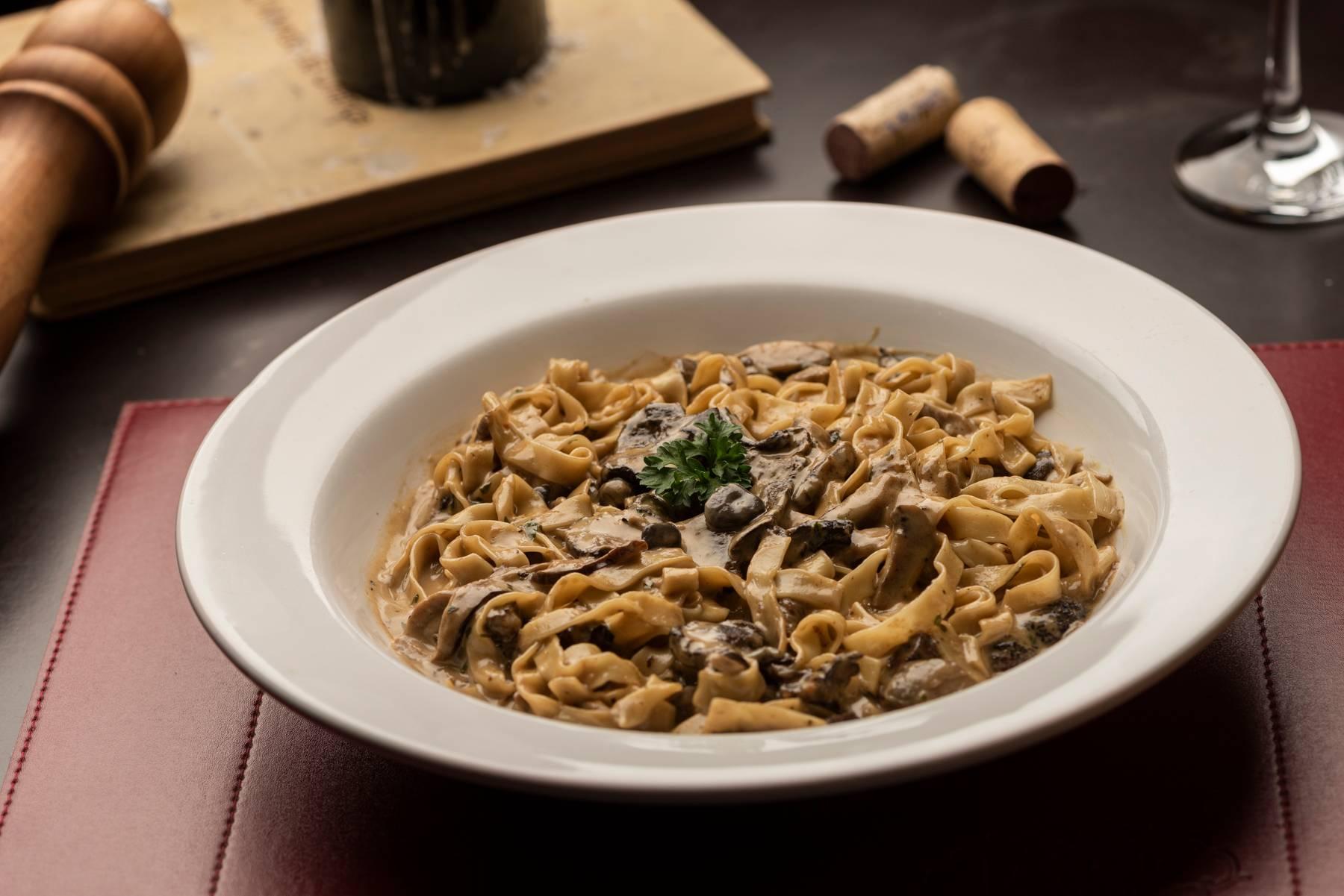 Tagliatelle ao trifunghi, massa fresca com molho de cogumelos, do La Máfia Trattoria.
