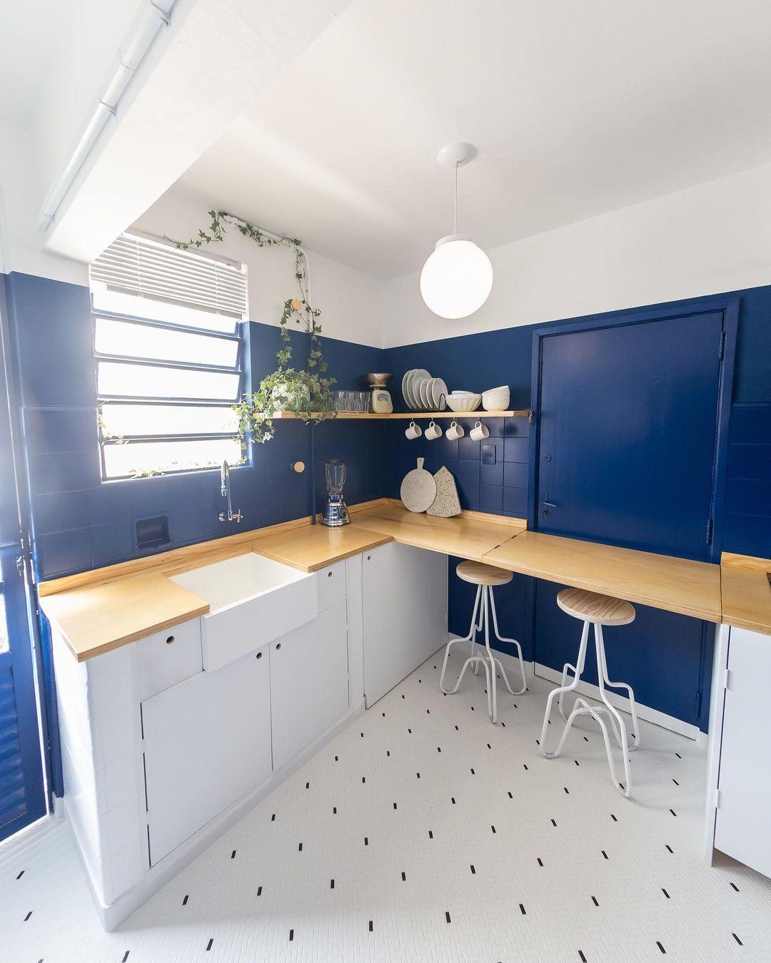 Quanto menos objetos expostos, mais simples é a limpeza. Cozinha é projeto de Matheus Ilt. Foto: Matheus Ilt/Divulgação.