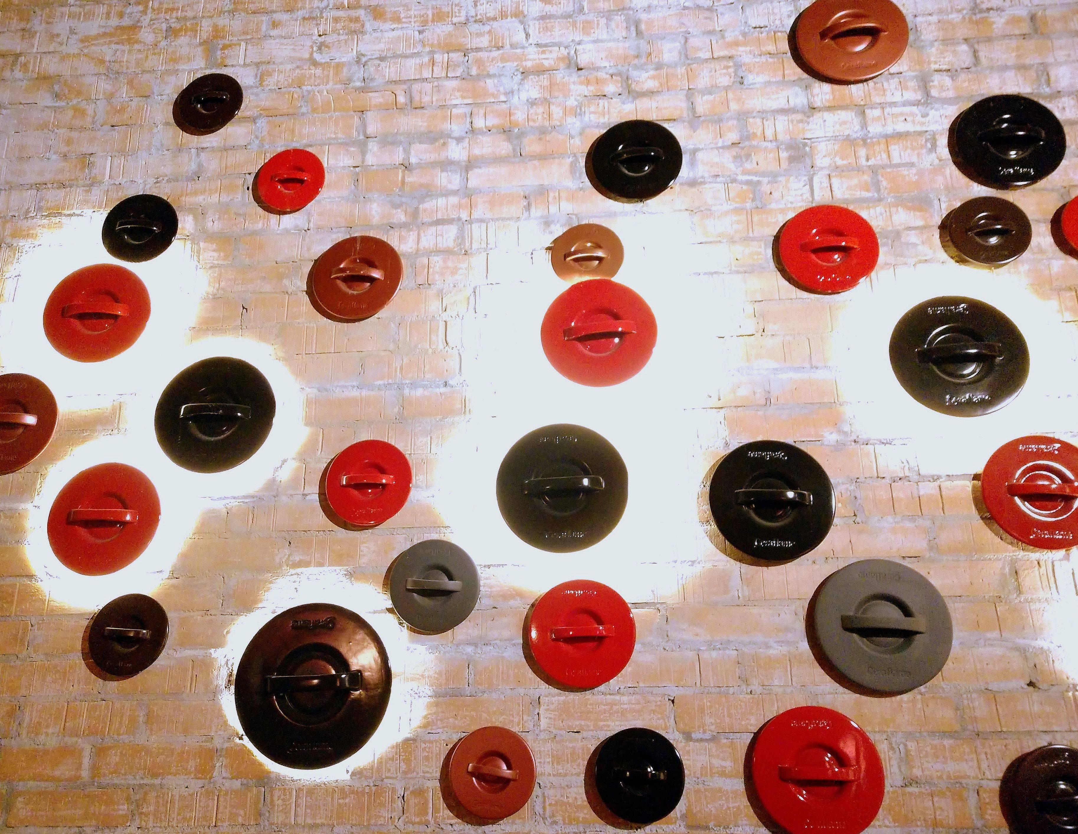 As tampas das panelas Ceraflame como decoração de um dos salões do Grés.