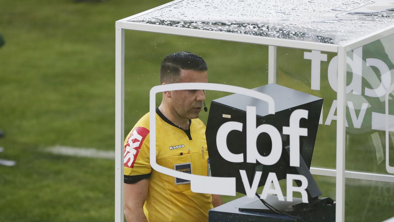 Igor Junio Benevenuto observa o VAR no Couto Pereira, antes de anular gol do Coritiba. Foto: Albari Rosa/Foto Digital/Gazeta do Povo