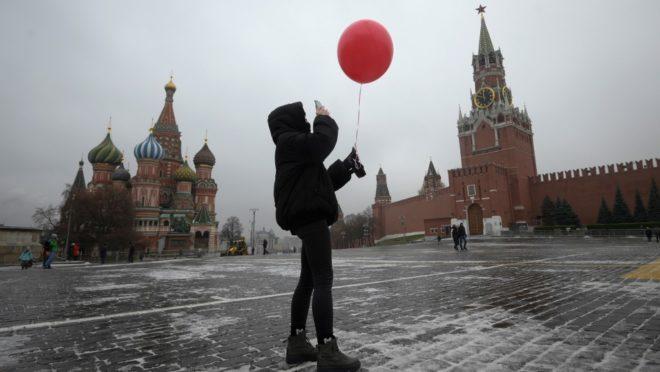 Em meio à pandemia de Covid-19, mulher é fotografada na Praça Vermelha, em Moscou. Tradicional ponto turístico russo estava praticamente vazio no dia 19 de novembro de 2020.