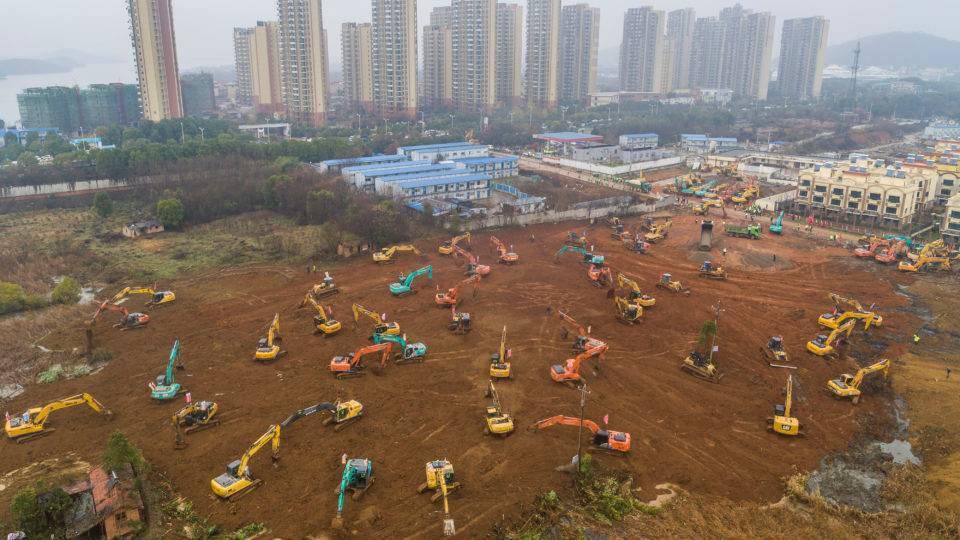 Foto aérea de 24 de janeiro de 2020 mostra escavadeiras no canteiro de obras de um hospital construído para tratar pacientes de um surto de coronavírus em Wuhan, na província de Hubei | Foto: Divuçgação/China