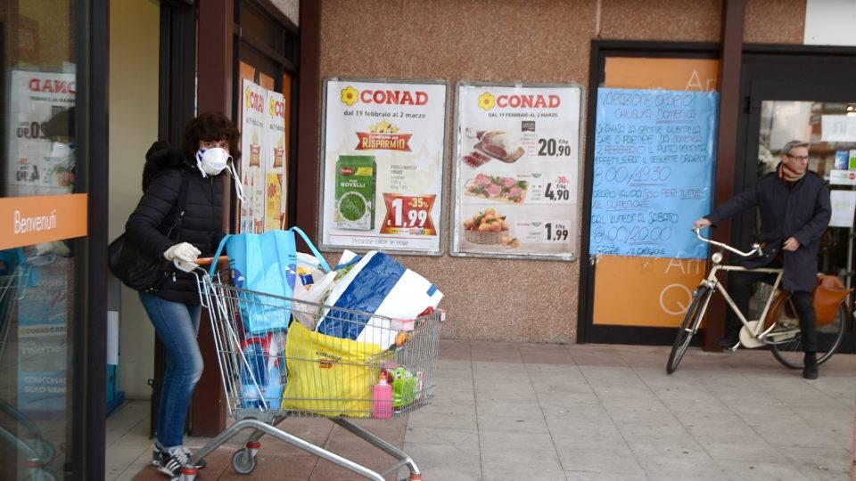 Na cidade de Casalpusterlengo, moradores usam máscaras para ir ao mercado: número de casos de coronavírus na Itália multiplicou | Foto: Miguel Medina / AFP