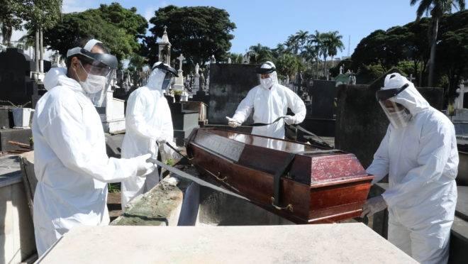 Coveiros trabalham com roupas de proteção contra o coronavírus em Belo Horizonte (MG) | Foto: Adão de Souza/PBH