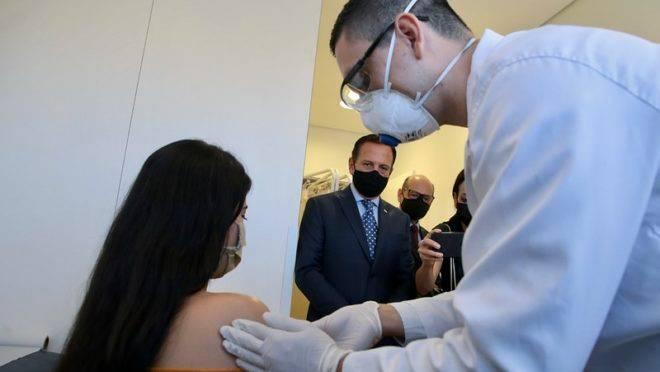 O governador de São Paulo, João Doria, acompanha a aplicação da vacina chinesa nos profissionais da saúde do Hospital das Clínicas | Foto: Divulgação