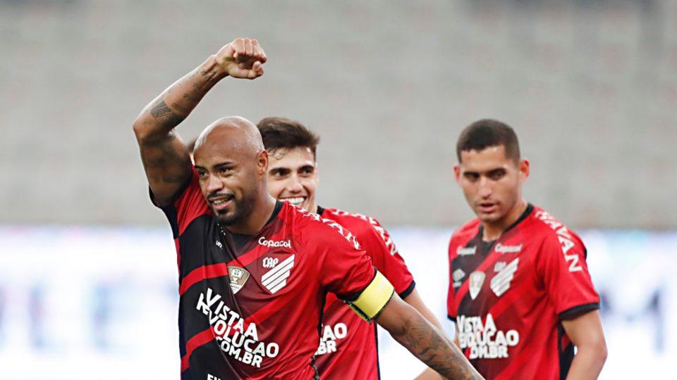 Athletico bate o Santos, engata quarta vitória seguida e respira no Brasileirão