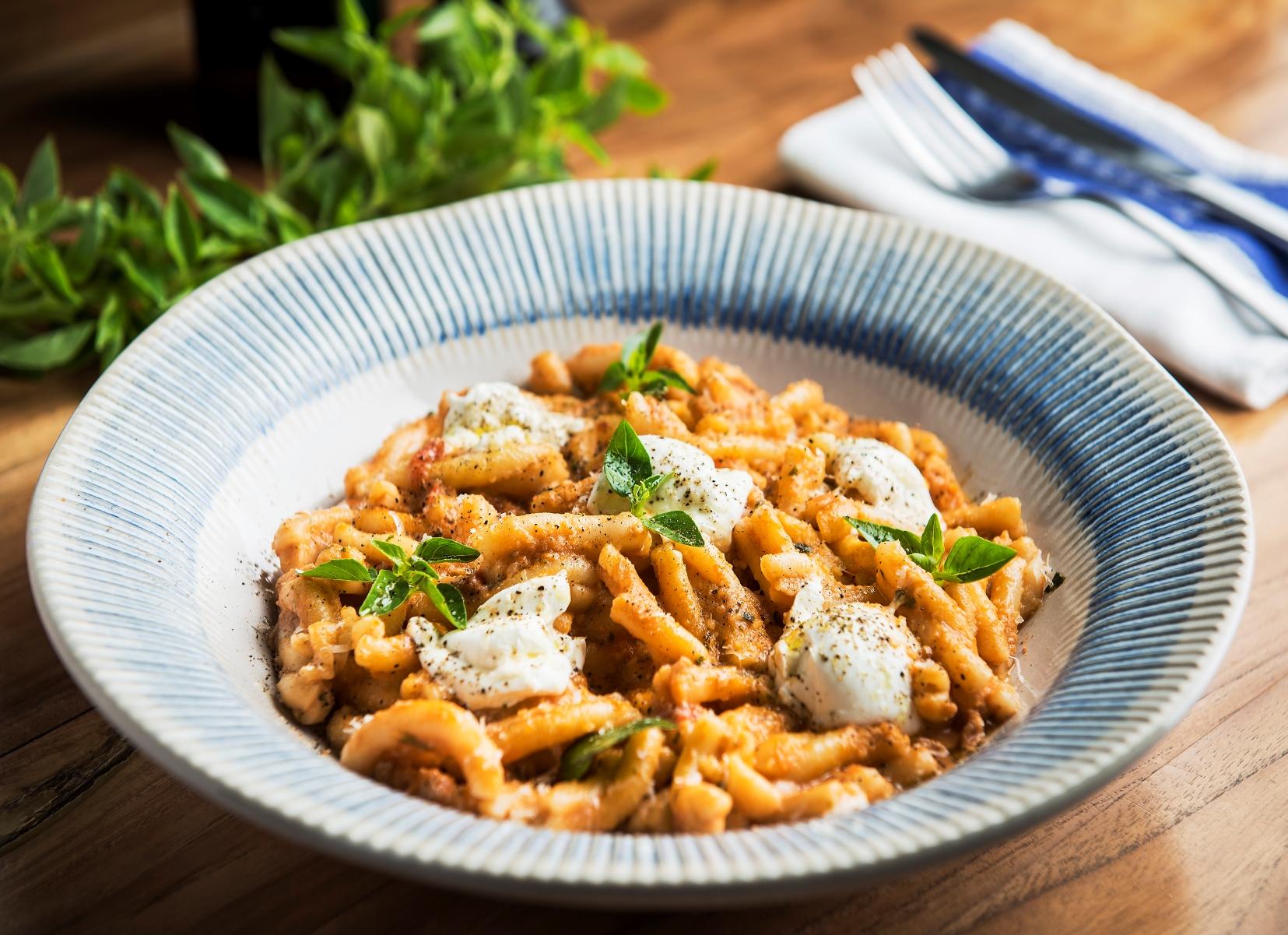 Casarecce trapanese, com pesto de tomate seco com muçarela de búfala, receita vegetariana do Jamie's Italian Curitiba.