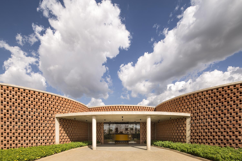 Academia-Escola em Juazeiro do Norte, no Ceará, por Lins Arquitetos Associados.
