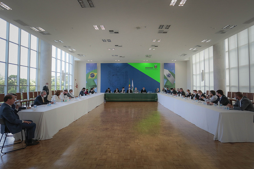 Ratinho Junior, Guto Silva e deputados estaduais em reunião realizada na última terça-feira (24). Foto: Jonathan Campos/AEN