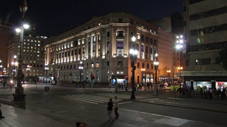 São Paulo volta atrás e endurece funcionamento de bares e restaurantes