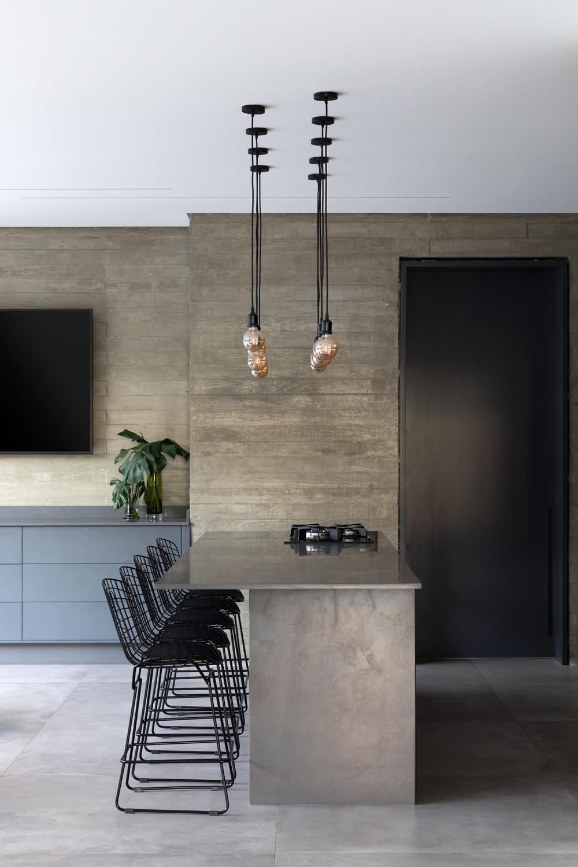 Decoração combina móveis soltos de design e mobiliário fixo.