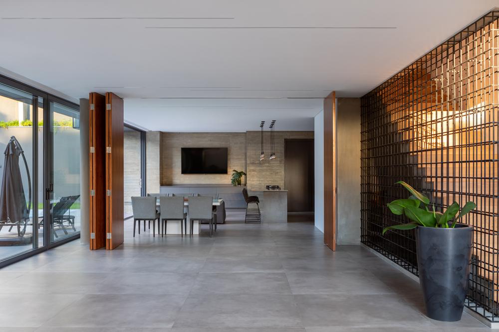 Mesmo padrão de piso e portas com grandes aberturas contribuem para a integração dos ambientes sociais.