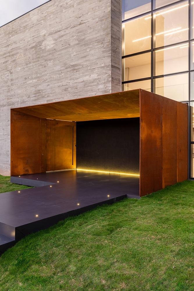 Concreto, vidro e aço cortén: os três elementos puros que compõem a fachada da residência.