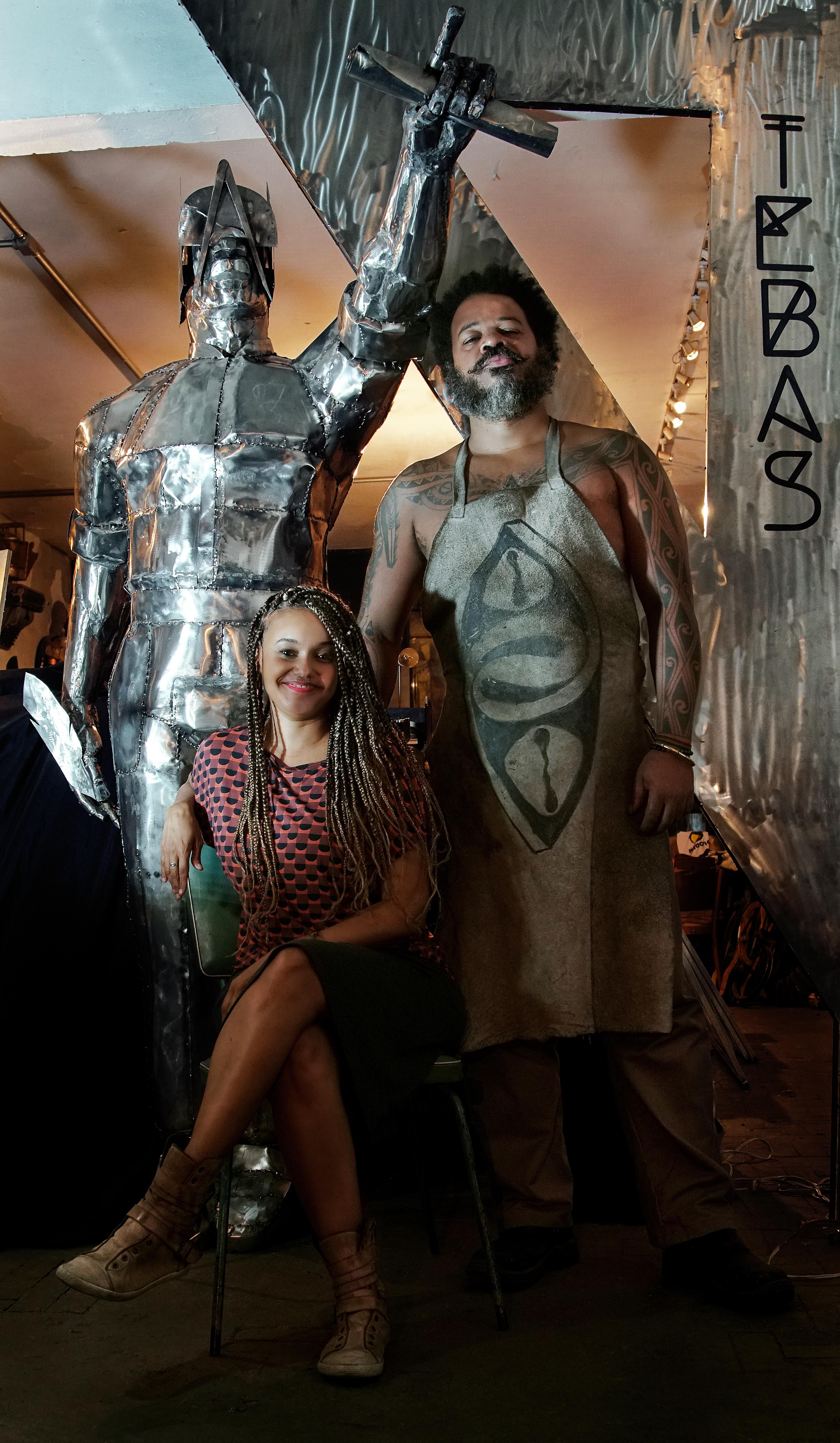 Francine e Lumumba, autores da escultura de Tebas.