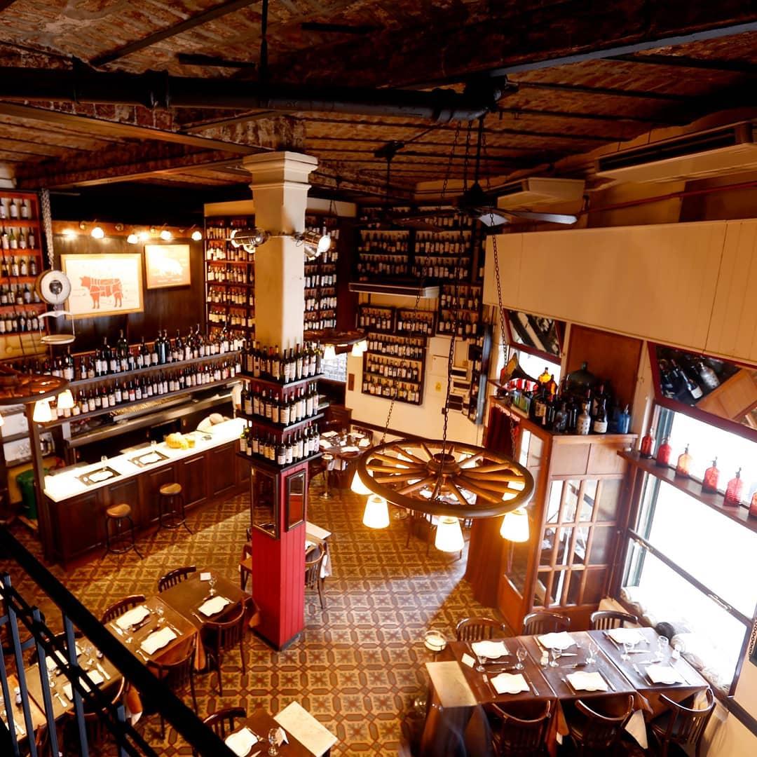 Restaurante fica num sobrado antigo, com ladrilhos hidráulicos e paredes repletas de garrafas de vinho. Divulgação/Facebook Don Julio.