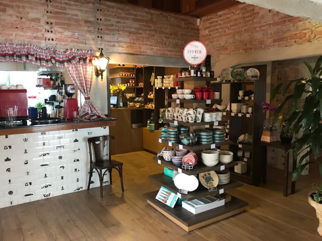 No hall de entrada do novo Italy Caffé há um espaço de bazar, com louças, produtos personalizados, massas e outros itens que o cliente pode adquirir.