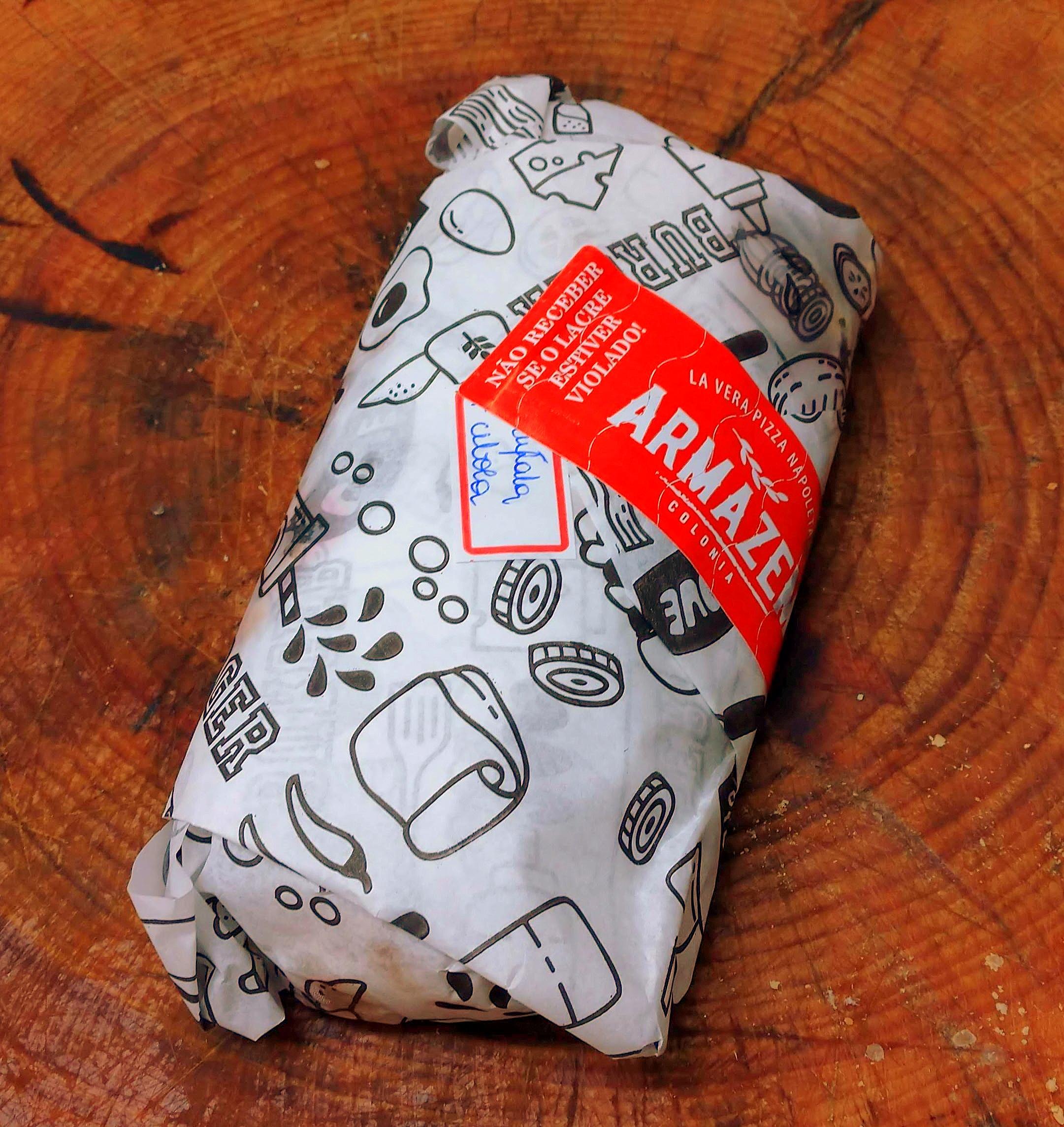 A bela e prática embalagem do panuozzo para delivery do Armazém Colônia.
