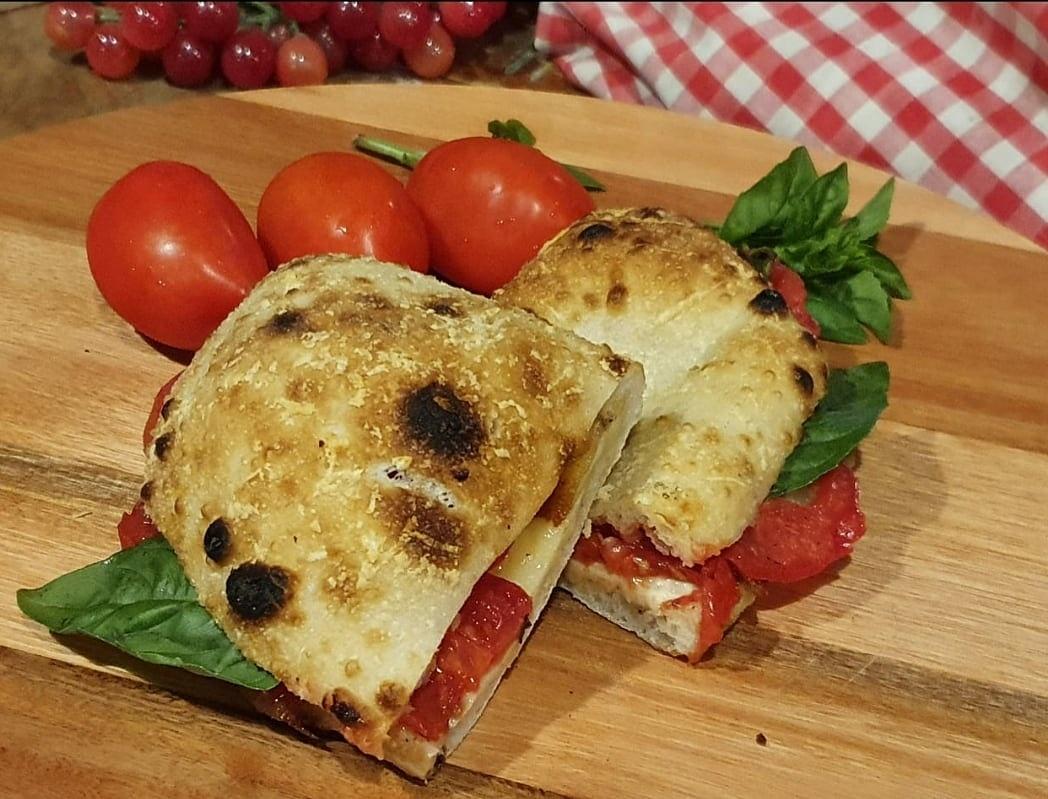 Combinação clássica de sabores: Panuozzo Margherita.