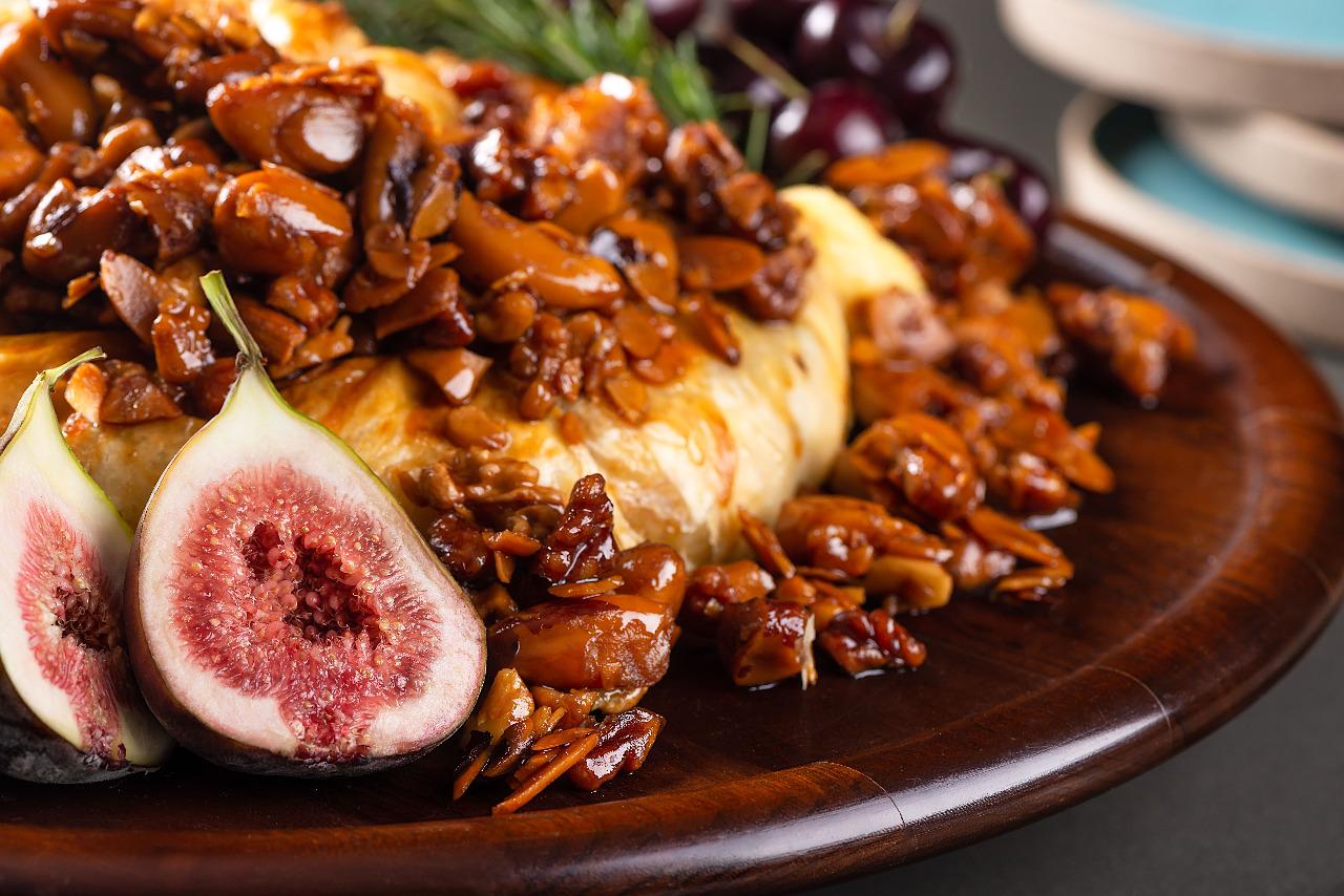 Queijo <em>brie</em>assado em massa folhada com compota de figos frescos, favos de mel e castanhas carameladas, da Kika Marder.