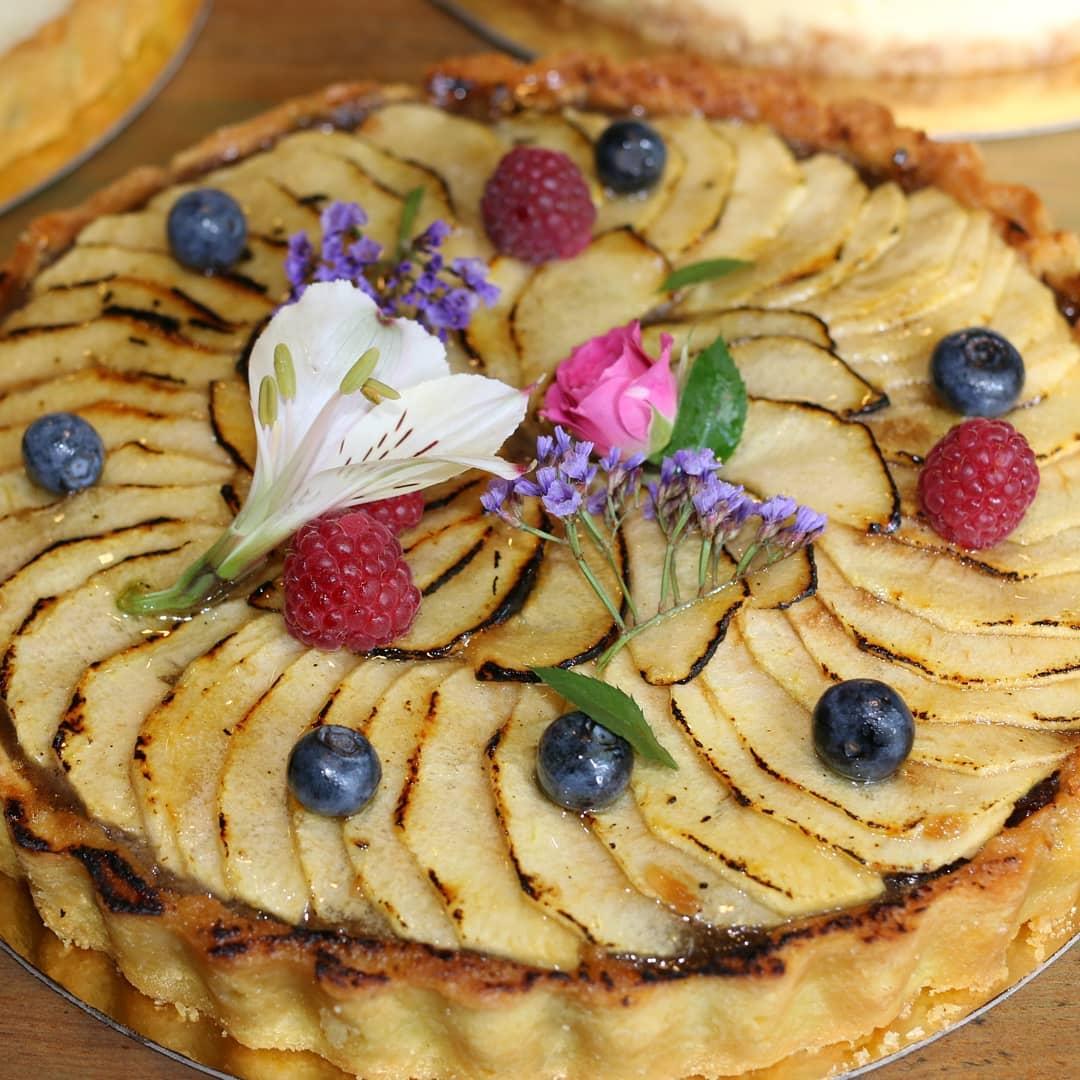 A torta de maçã super florida é uma das opções de sobremesa da Marcolini. Foto: Reprodução/Instagram
