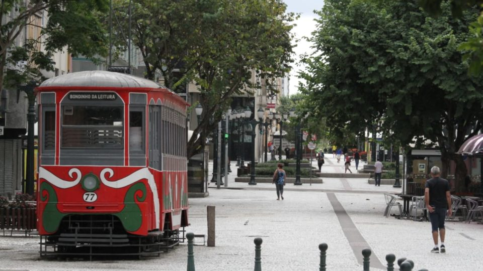 Curitiba volta à bandeira amarela, libera comércio aos domingos e cinemas
