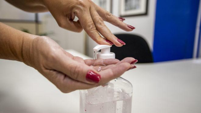 Álcool em gel é uma das armas para combater a proliferação do coronavírus.