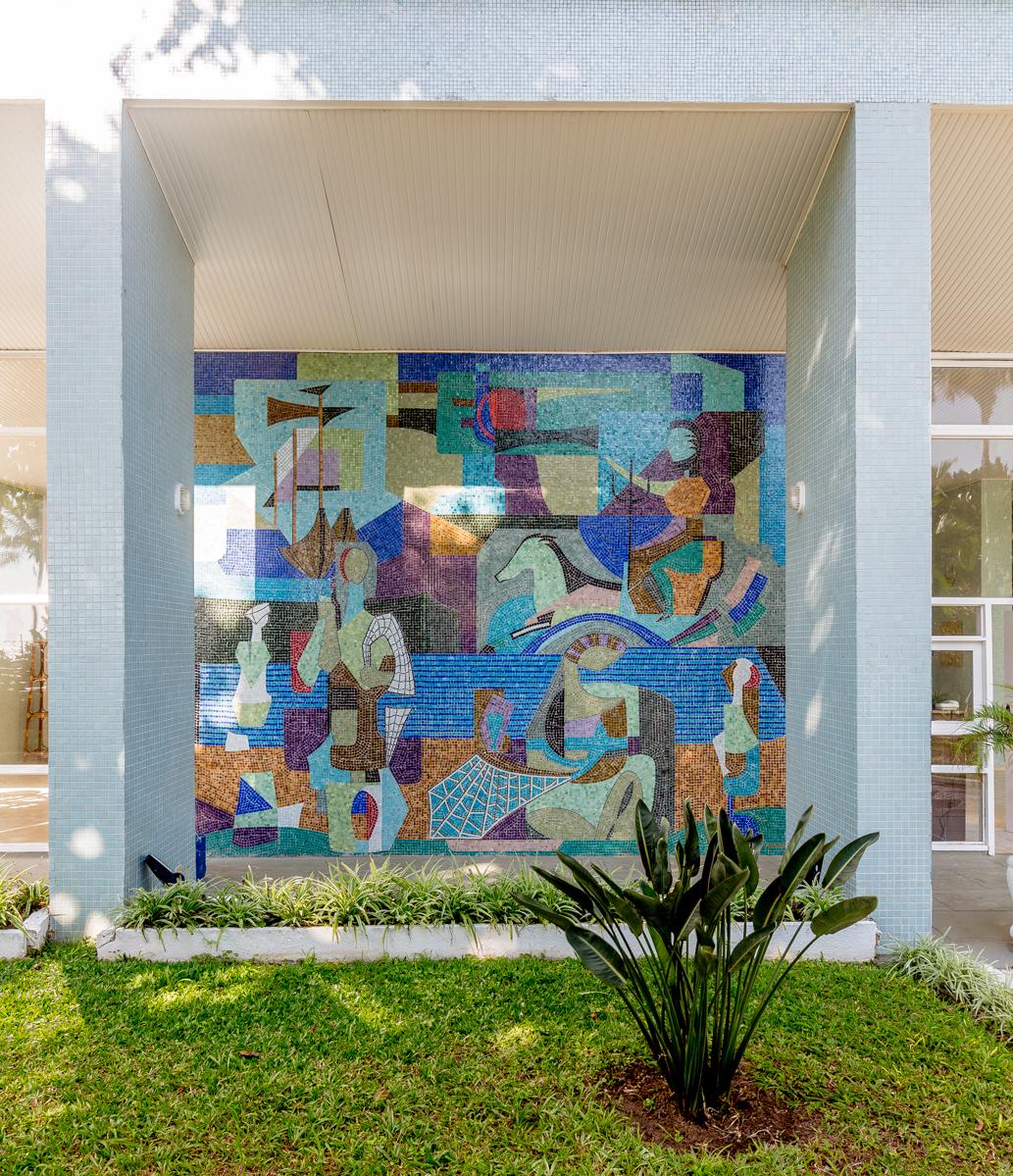 O prédio conta com painéis do italiano Franco Giglio.