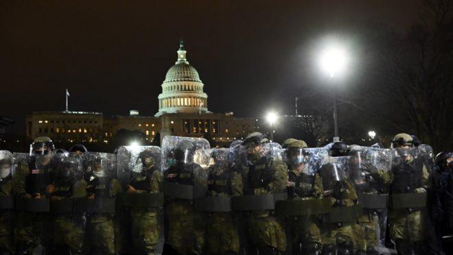 Polícia de choque se prepara para retirar manifestantes do Capitólio dos EUA em Washington, 6 de janeiro