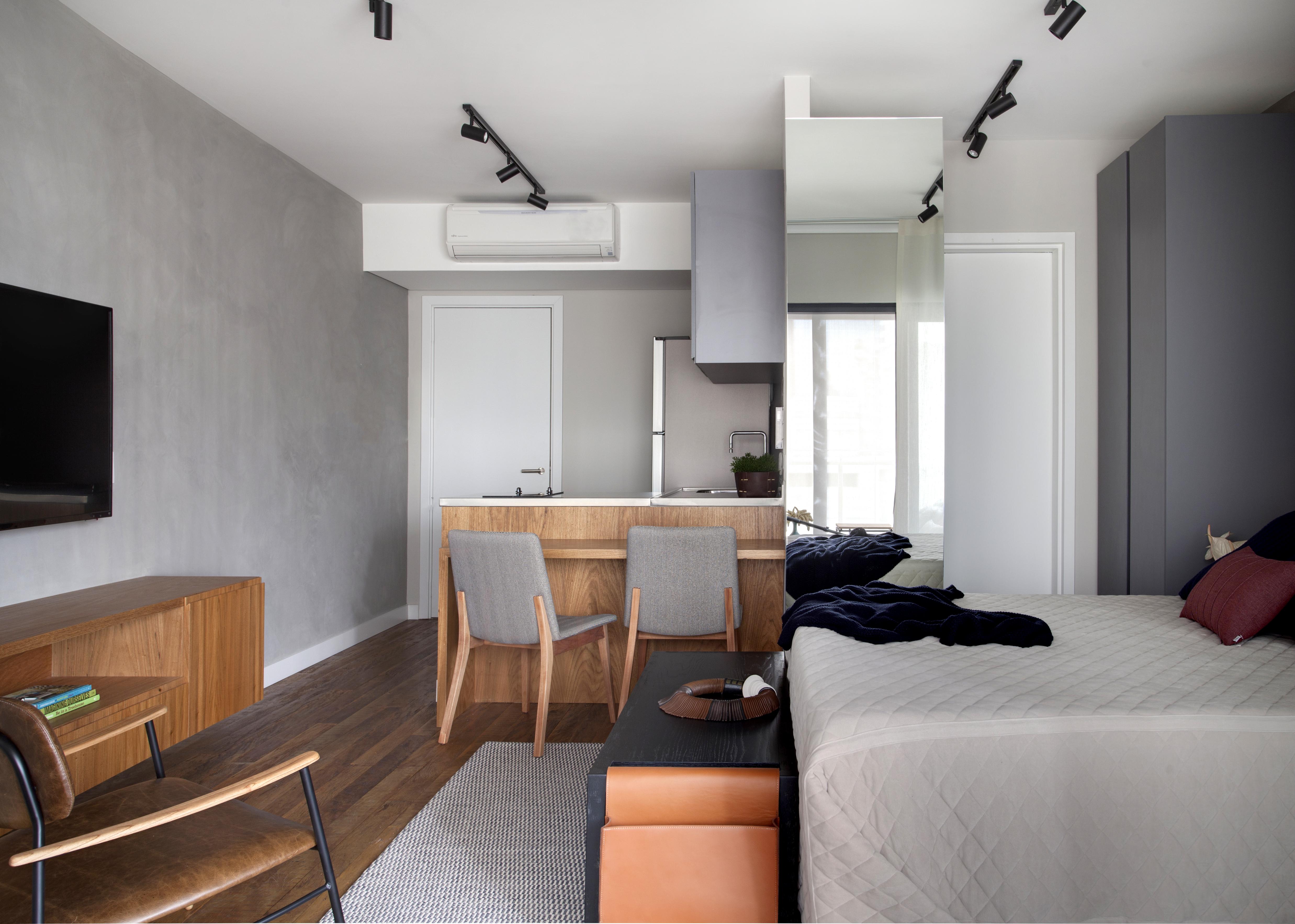 Amadeirados em diversas partes da decoração foram inteligentemente aplicados para contrapor ao revestimento cimentício das paredes.