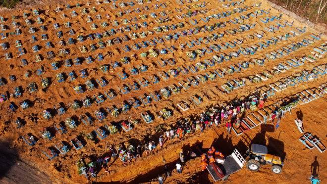 Valas comuns sendo abertas em cemitério em Manaus, em abril de 2020. Foto: Michael Dantas/AFP