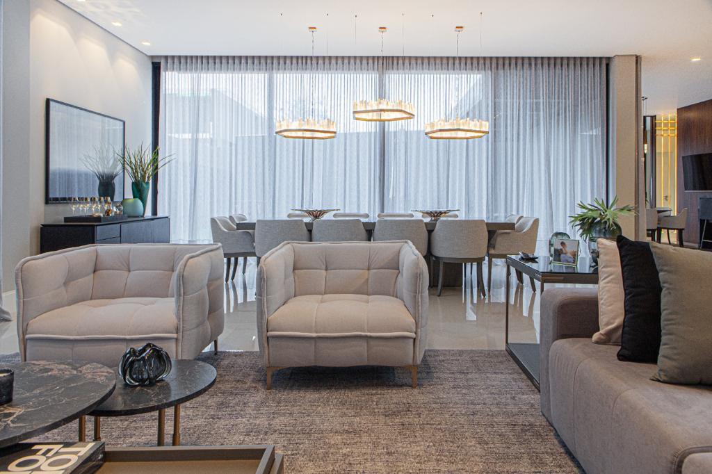 Projeto de 690 m² em Curitiba, assinado por Hellen Giacomitti para um jovem casal, em que o cinza foi a base neutra do projeto e um dos protagonistas.