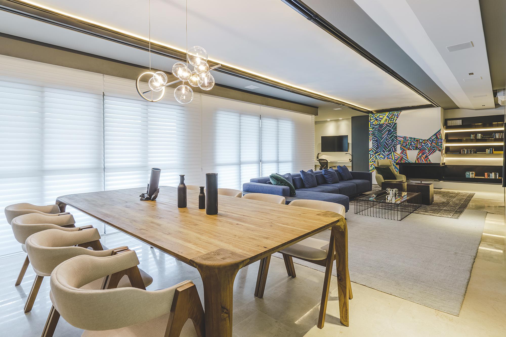 Detalhe de residência em Curitiba, com 197 m², projetada por Naiara Ceccon. A arquiteta utilizou de camadas de cinza no teto para enfatizar o plano da lareira.
