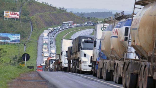 Movimento pela greve dos caminhoneiros ganha adesão da CNTTL